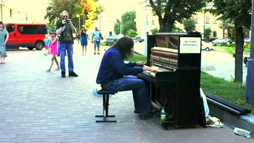 不疯魔不成活,顶级钢琴家成流浪汉,路边演奏音乐让人叹为观止