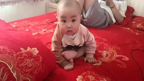妈妈玩手机不理宝宝,她只好表演个花样吃脚给大家看看啦,搞笑!