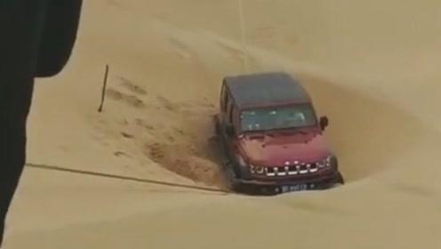 沙漠玩越野车,车队就是好,互相帮助