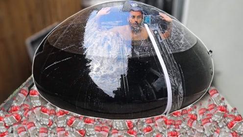 """老外作死钻进巨大气球,在可乐里泡澡24小时,出来后整个人都""""变色""""了"""