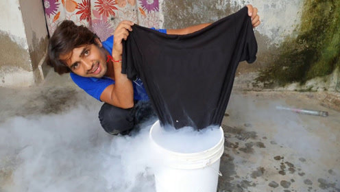 趣味实验:利用液氮汽化时的吸湿性,老外弄湿的T恤在液氮中会变干吗