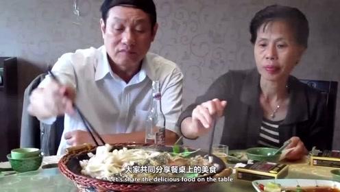 老外搞不懂:为啥中国人都喜欢端起碗吃饭?网友:礼仪之邦