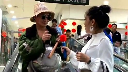 小伙在商城演唱《万爱千恩》,不料开唱前先上敲盆了,前边小姐姐吓了一跳!