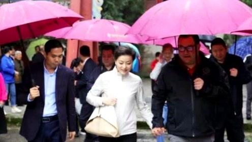 51岁杨澜与老公合体现身,夫妻俩十指紧扣大秀恩爱