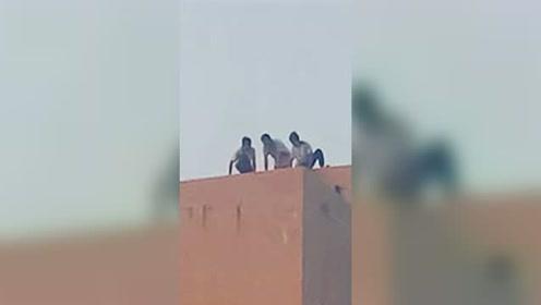 """数名学生16楼顶天台上""""跑酷"""" 看得业主胆战心惊"""