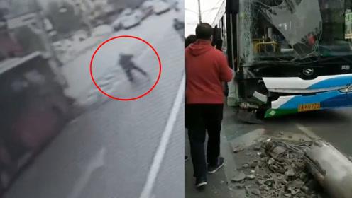 沈阳一公交车失控撞断电杆,路人抱头逃避,多名乘客受伤