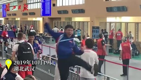 军运会射击比赛朝鲜获铜牌,队员欢呼雀跃激动相拥