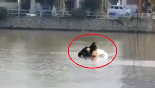 女司机误将油门当刹车不慎坠河 7名热心群众生死大营救
