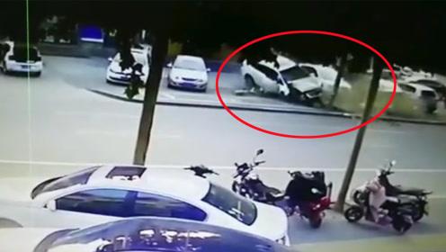 轿车失控飞撞大树后又骑上路边车辆 监控拍下惊险一幕