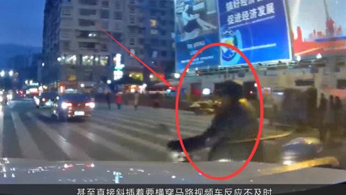 摩托车过路口横冲直撞,被小轿车直接撞翻,行车记录仪拍下全过程