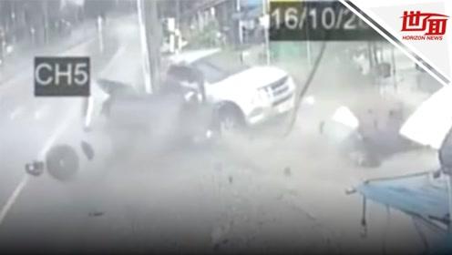 监拍:皮卡湿滑路面驾驶失控 一头撞上电线杆瞬间变两截