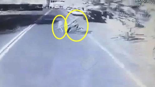 监拍:哈萨克斯坦父子上路突发意外 父为救子被大巴撞与子死别