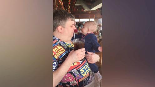 孩子看到饮料之后,立马就去扒着要喝,这也太可爱了吧!