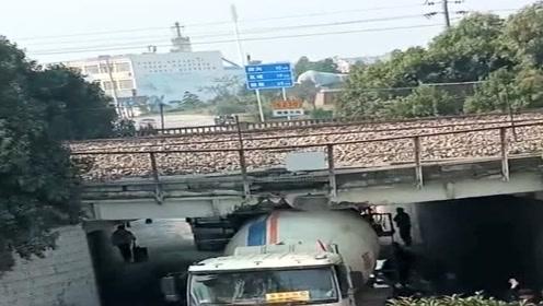 这可怎么办啊?火车马上就来了,罐子车竟然把桥洞给撞坏了!