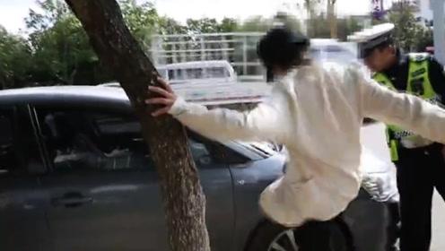 女司机肇事被交警判全责 车主突然情绪失控大喊欺负人还狂踹车