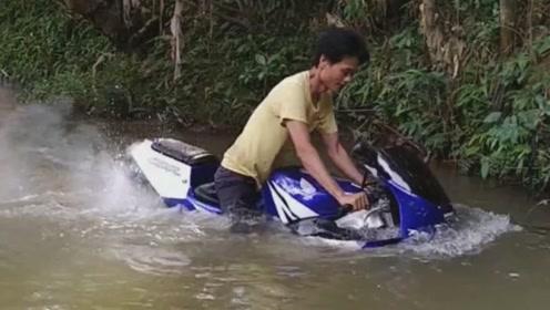 这摩托车太厉害了,这么深的水都不熄火