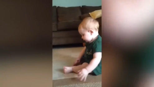 男宝宝在吃自己的脚,却怎么都吃不到,这也太会玩了吧!