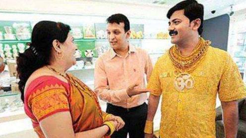 """印度土豪打造""""黄金衬衫"""",一件衣服6斤重,出门带10名保镖"""