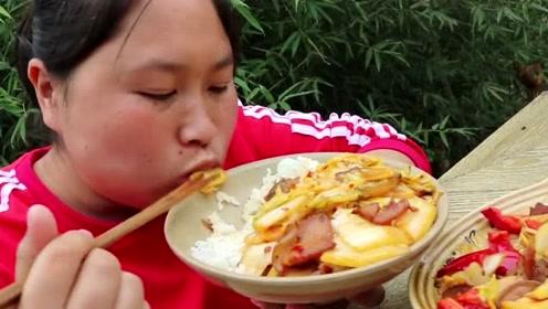 胖妹吃肉嘴里流油顾不上,一盆回锅肉丝毫不剩,老爹还没下筷子