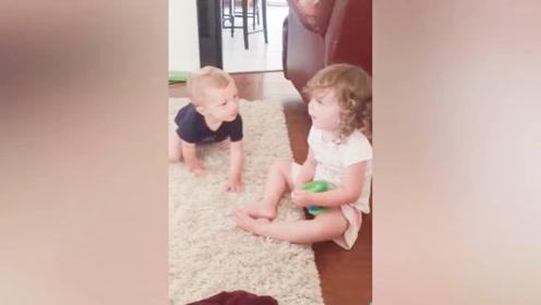 弟弟来姐姐这儿,直接就吻了上去,这个小弟弟也太可爱了!