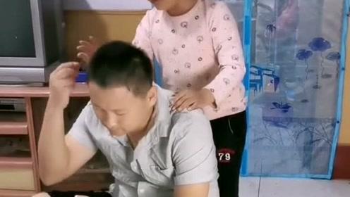 爸爸工资不上交,看女儿怎么对付他