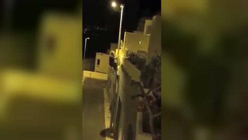 男子深夜回家走捷径爬路灯杆上二楼 结果悲剧了