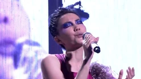 懒理李亚鹏王菲聚会,小16岁女友现身酒吧忙捞金,疯狂卖唱心情好