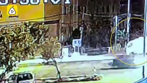 监拍:小车飞速怼翻清洁车致4死1伤,清洁车瞬间飞出数米
