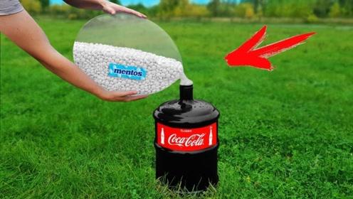 把装有曼妥思的气球套在装满可乐桶口上,气球爆开的瞬间,才是震撼的开始