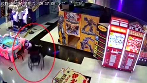 演技满分!男子假装残疾人坐轮椅行窃 偷盗瞬间身手灵活