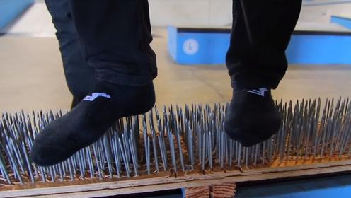 在钉子木板上玩滑板是种什么体验,老外作死挑战,谁给他们的勇气