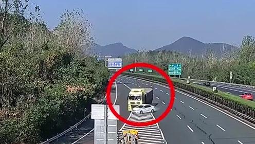 太惊险!轿车高速公路突然变道,被大货车撞得180度旋转
