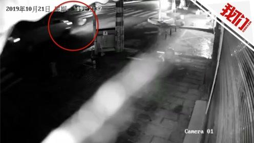 监拍:面包车撞倒过路老人后逃逸 10秒后老人再遭货车撞击
