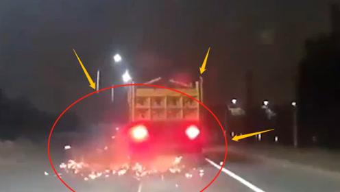 大货车路上爆胎,一路火花带闪电!不是监控谁敢信?网友:雷神下凡?