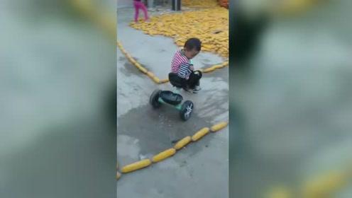 3岁萌娃骑童车轻松通过科目二 ,在玉米路线内秀车技看呆网友