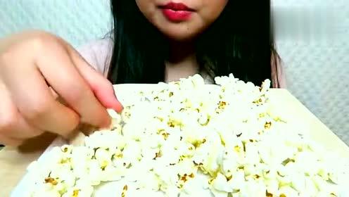 APRIL吃爆米花啦!感觉超好吃的啊!