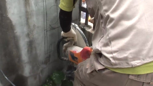 掉进墙里水管的小猫,幸好发现的早,直接破墙救援