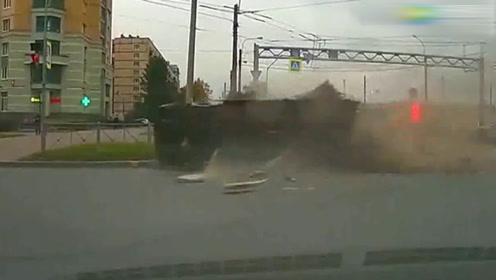这翻车真是猝不及防啊,已经成为了废铁了,真是可怕!