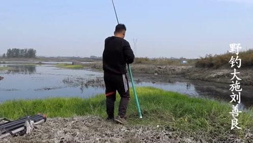 野钓 这种水草下面就是鱼窝 连杆连到胳膊酸