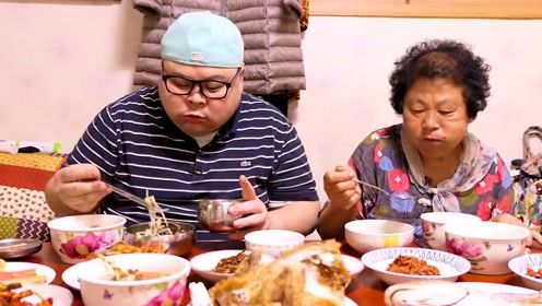 胖哥带着妈妈吃晚饭,除了一碟鱼和鸡,一桌子都是泡菜啊