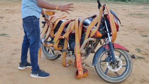 在摩托车上捆满鞭炮,点燃看看会炸成什么样?
