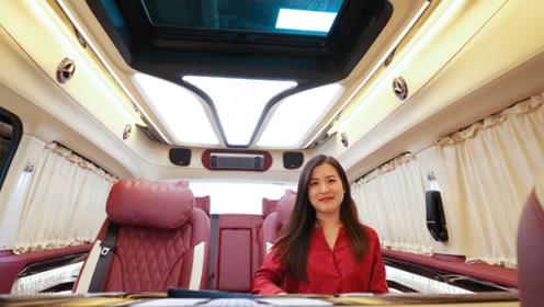 曲面屏隔断设计的威霆定制版,配温馨红色内饰,家用商务两相宜