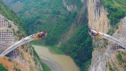 一桥通三省,大桥架在峭壁上,离水面最大落差180米,耗资5900万