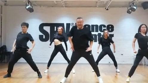 舞姿太魔性了!胖子大叔领舞跳最火的舞曲《野狼disco》,一看就是实力派