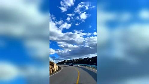 航拍川藏线最美公路,318国道上的美丽风景,蓝天白云好炫酷!