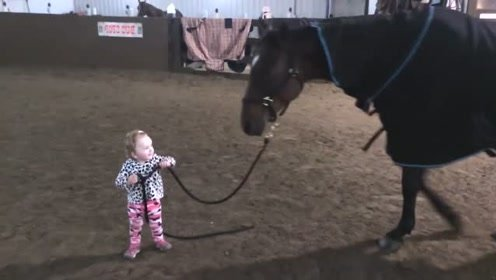 萌娃:宝宝1岁的时候就会骑马了,说出来大家别不相信!