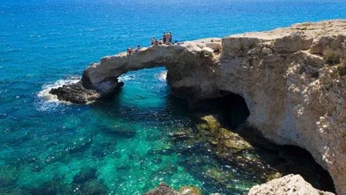 沙白细软海水宝蓝,绿色松林和粉红火烈鸟,地中海的神仙国度塞浦路斯