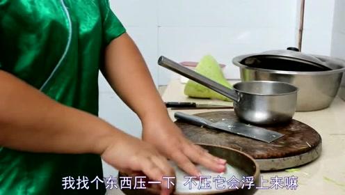 苗大姐用传统的土方法做酸菜,这味道回味无穷,果然还是高手在民间