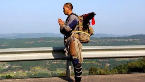 """中国唯一一个""""真和尚"""",三步一拜走完四大名山,脚上的茧比鞋底还硬"""