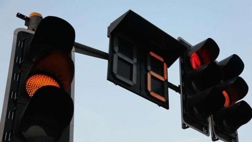 不小心闯了红灯不要倒退,这样做不扣分也不罚款